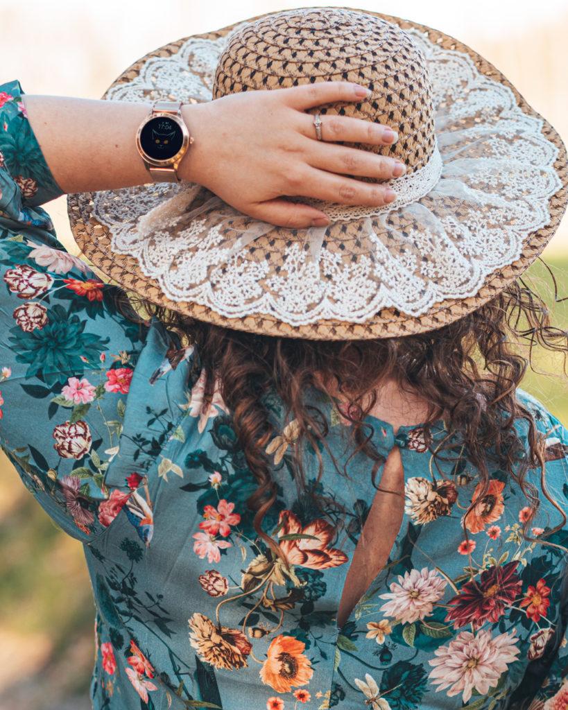 Kobieta z zegarkiem smartwatch Garett Naomi