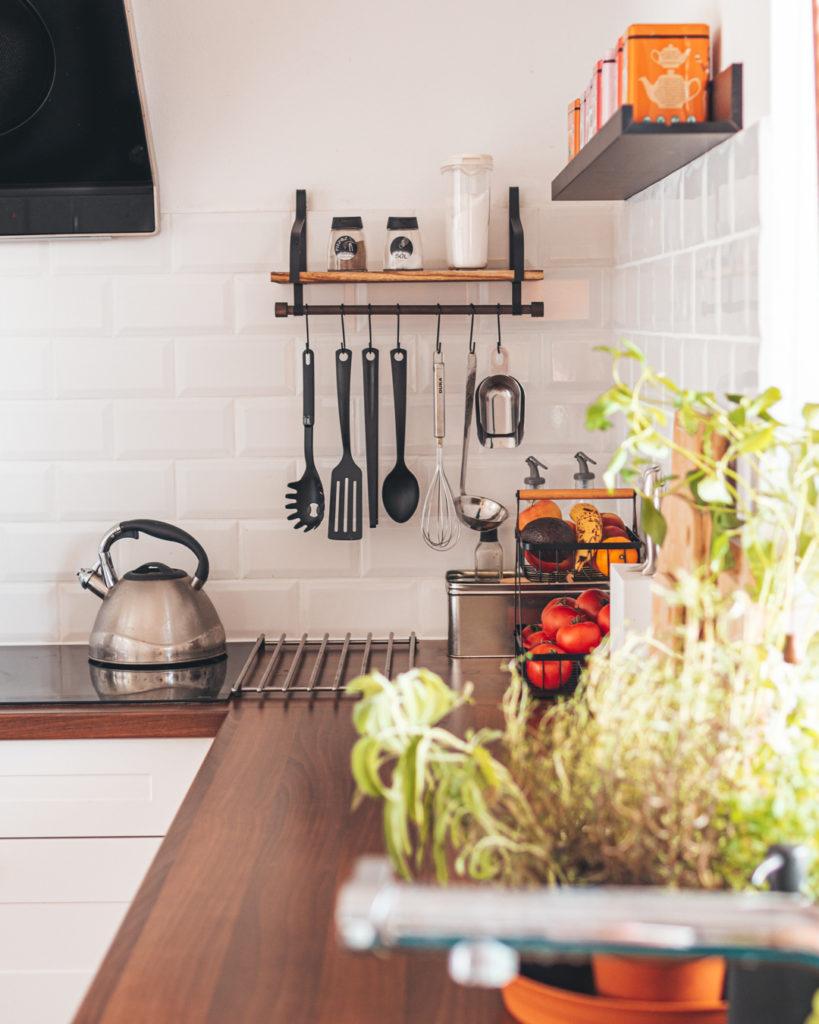 aranzacja-kuchni-półka-reling
