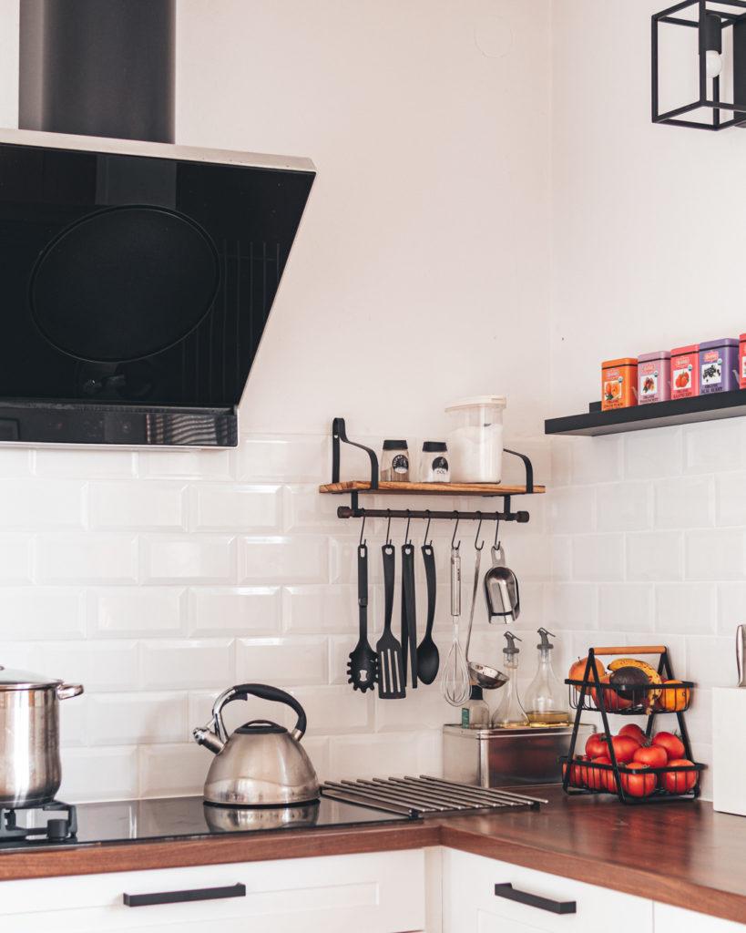 półka-z-relingiem-na-kuchenne-akcesoria
